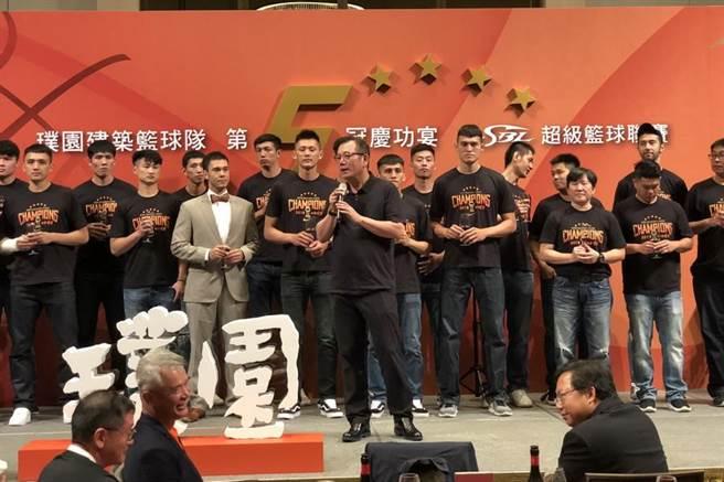 璞園男籃全隊跟董事長李忠恕一起上台慶祝隊史第5冠。(黃及人攝)