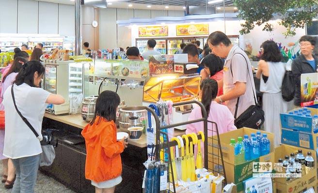 澎湖馬公機場候機室超商擠滿人潮,架上食物幾乎一掃而空。(陳可文攝)