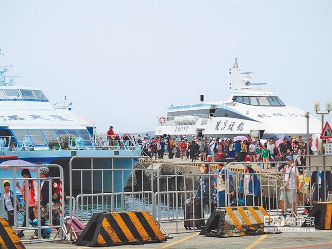 端午節連續假期,澎湖海上船班全數取消,交通大亂。(陳可文攝)