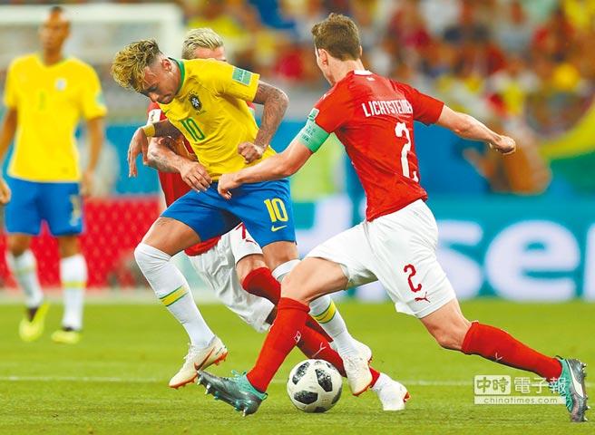 瑞士球員手腳並用阻止巴西內馬帶球突破。(新華社)