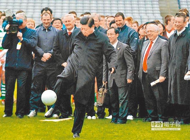 2012年2月19日,時任大陸國家副主席的習近平(前)在訪問愛爾蘭時,秀了一下足技。(新華社)