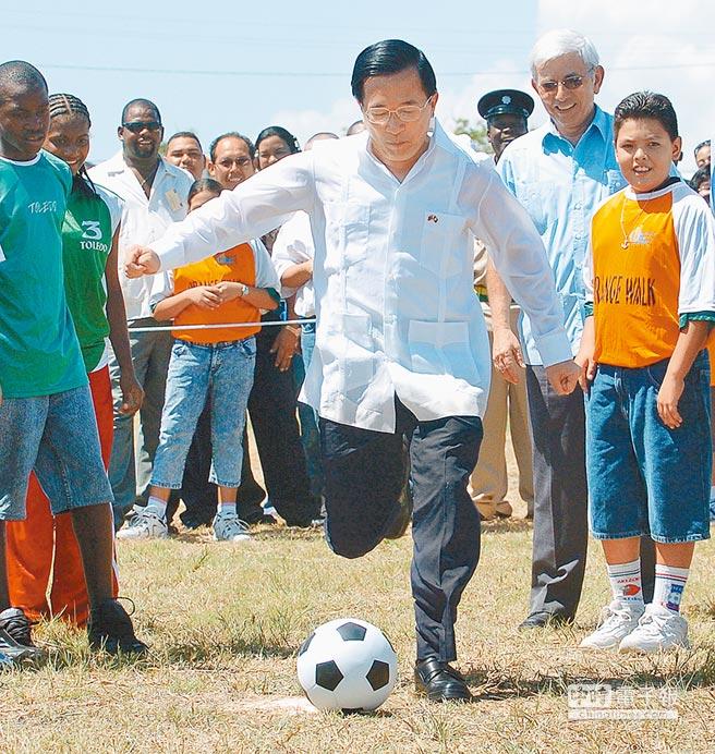 陳水扁(前)擔任總統時,於2004年9月訪問友邦貝里斯,與總理穆沙(中右)共同主持台灣貸款興建的室內體育館動土典禮,並下場踢足球。(本報系資料照片)