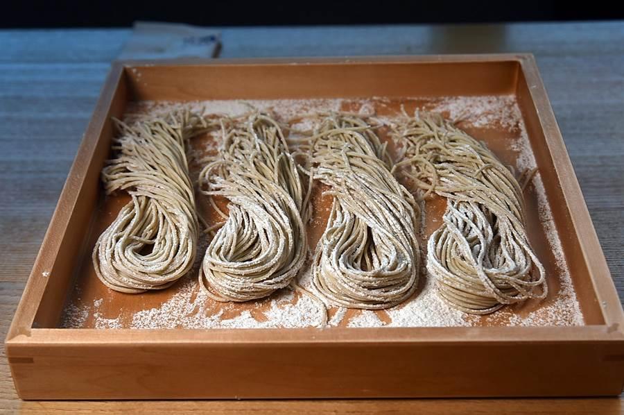 位在微風信義45樓的〈nana〉日料餐廳,蕎麥麵標榜採用20%北海道蕎麥粉與80%石磨脫殼蕎麥製作。(攝影/姚舜)