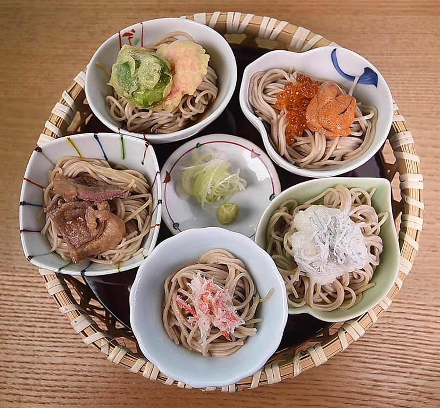 在〈nana〉享用「蕎麥會席套餐」,主食〈蕎麥五色籠〉是用海膽、鮭魚卵、松葉蟹肉、吻仔魚、鴨肉與天婦羅搭的5種不同口味蕎麥麵。(攝影/姚舜)