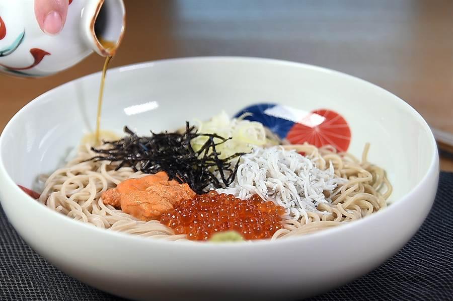 〈nana〉日料餐廳菜單上有沾麵、拌麵與湯麵等多達18種蕎麥麵可以選擇,其中〈海膽鮭魚卵吻仔魚涼拌麵〉的用料豐富多樣,非常美味。(攝影/姚舜)