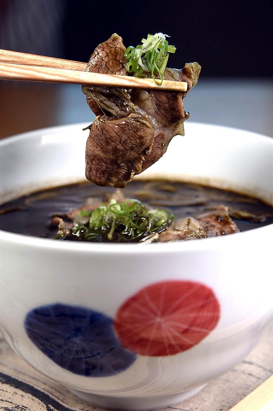 〈豬肉黑咖哩蕎麥麵〉的黑色咖哩湯,是用大量炒過的洋蔥、胡蘿蔔、2種咖哩醬,並加了無味竹炭粉熬製,非常特別。(攝影/姚舜)