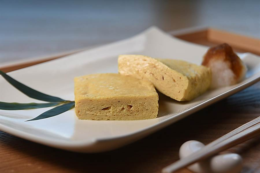 〈蕎麥屋出汁玉子燒〉是在蛋液中加了柴魚高湯和煮蕎麥麵的麵湯製作,質地濕潤入味,口感厚實彈Q。(攝影/姚舜)
