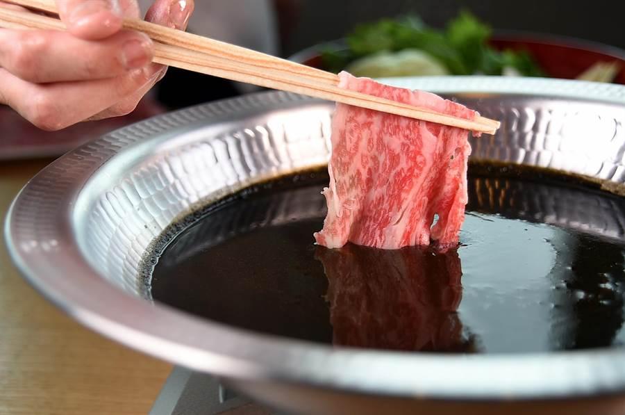在坐擁景觀視野的〈nana〉用餐,可以享用市場首見的〈黑咖哩涮涮鍋〉,並以日本和牛為涮料。(攝影/姚舜)