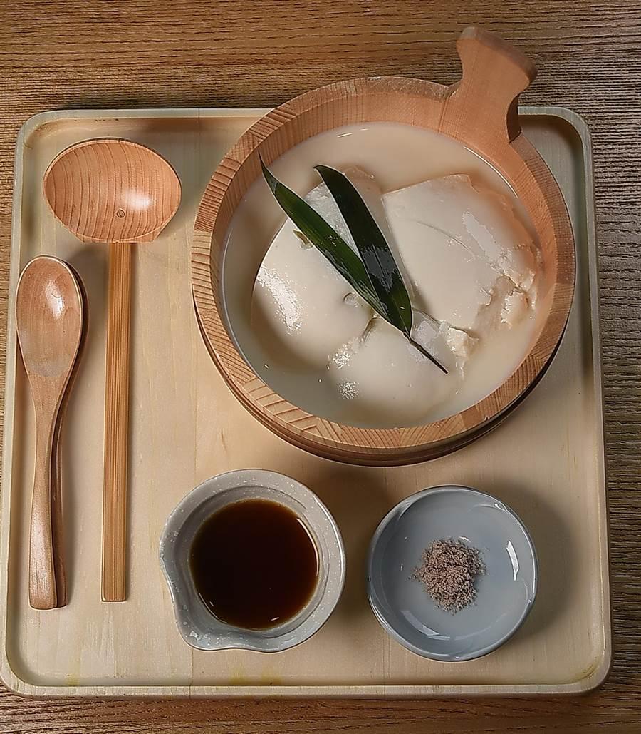 〈nana自製手工豆腐〉的豆腐是以鹽滷自製,豆香濃醇且尾韻甘甜,吃食時可以醬油或鹽提味,每份訂價150元。(攝影/姚舜)