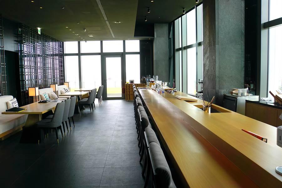 為在台北微風信義45樓的〈nana〉日本料理餐廳有一長長的吧檯,客人可以在此享用生魚片並品味季節限定的清酒。(攝影/姚舜)