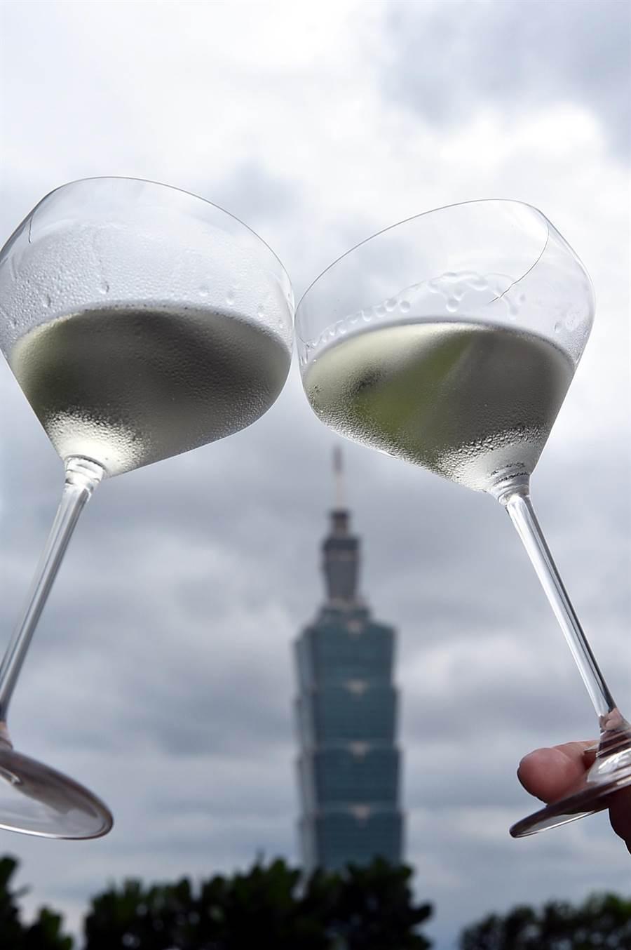 在〈nana〉享用日本清酒,可以有「酒杯之王」之稱的RIEDEL特製高腳清酒杯品飲,並在戶外露台欣賞台北101與信義區街景。〈攝影/姚舜)
