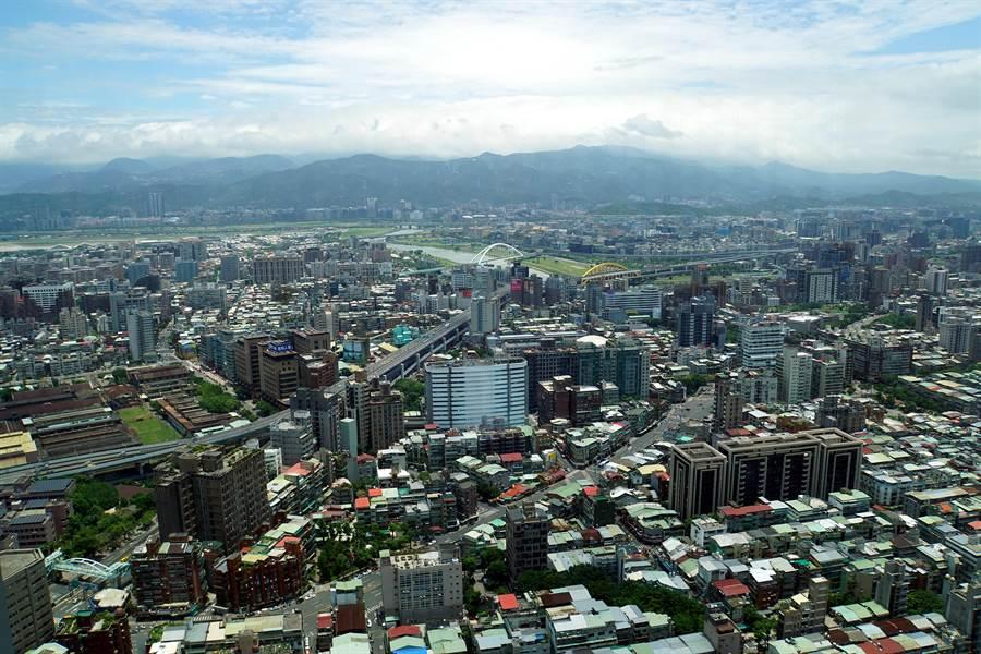位在台北微風信義45樓的〈nana〉日本料理餐廳,擁有絕佳景觀視野,坐在包廂用餐以居高眺望基隆河沿線景觀。(攝影/姚舜)