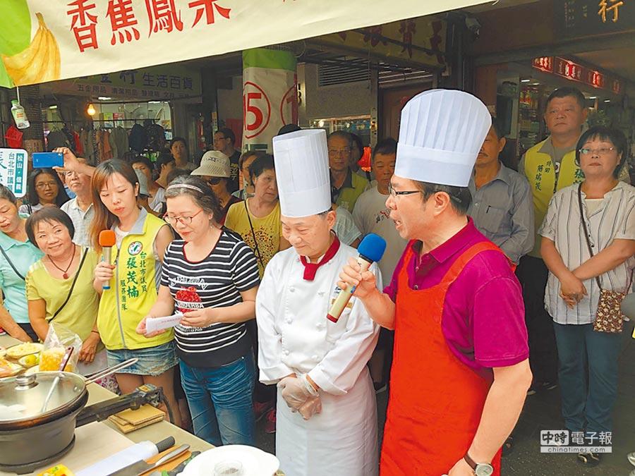 名廚阿基師18日前往北市傳統市場示範香蕉創意料理。(林縉明攝)