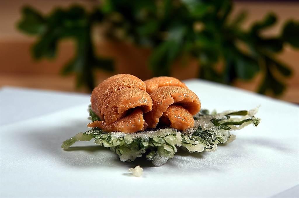 〈海膽.紫蘇〉是以新鮮海膽搭配炸得薄脆香酥的紫蘇葉,另一種炸法則是將海膽包捲在紫蘇葉內再炸,2種炸法各有風味與口感。(攝影/姚舜)