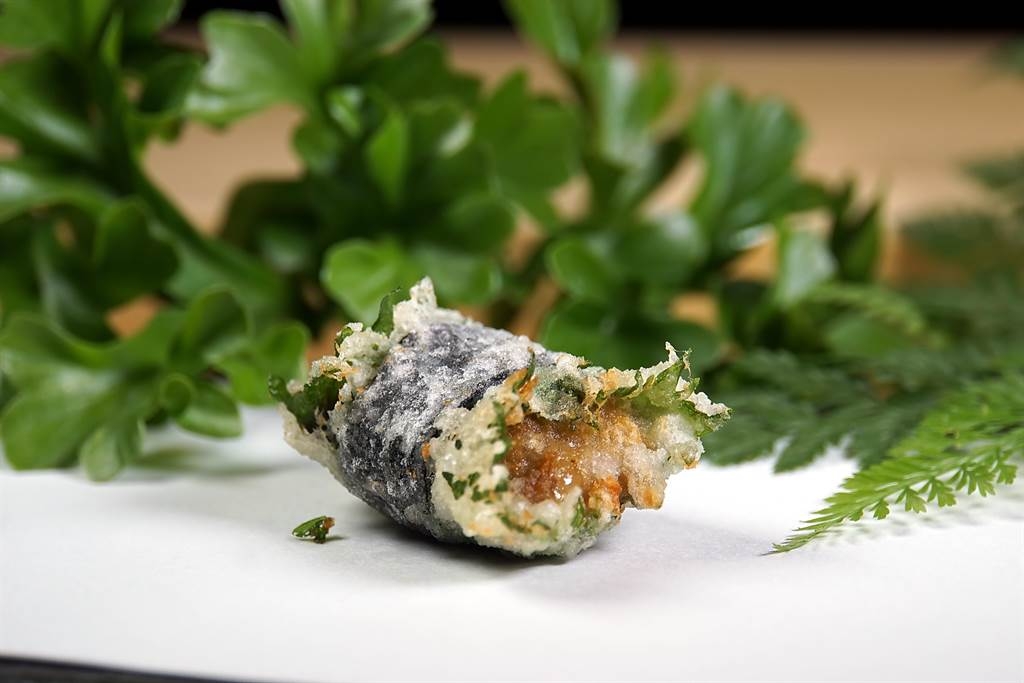 這是將海膽包捲在紫蘇葉與海苔內炸製的天婦羅,海膽遇熱融化後味道更甜。(攝影/姚舜)
