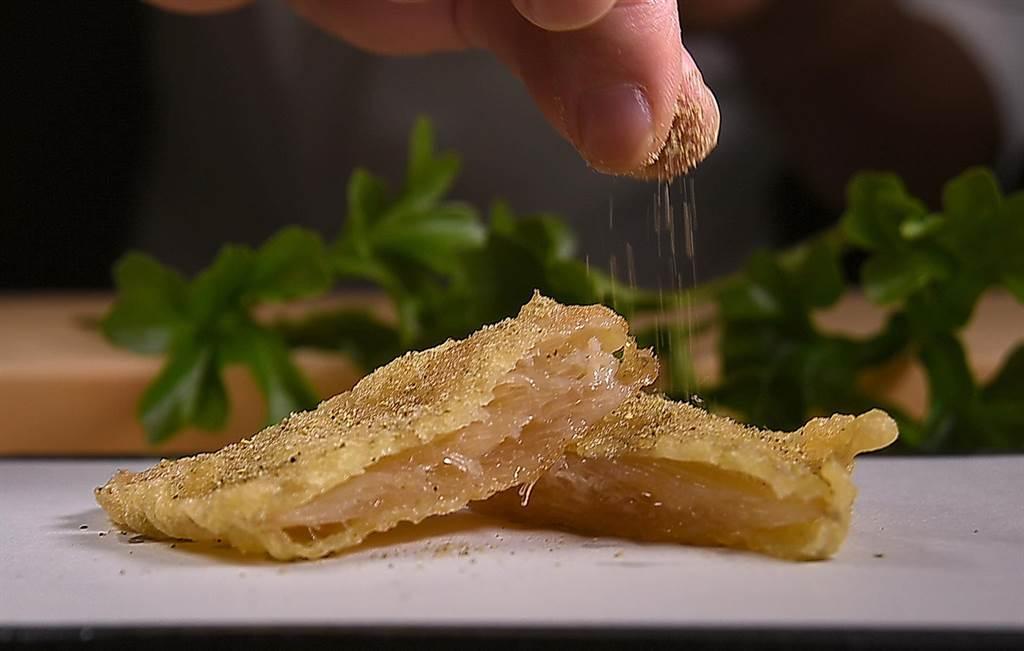 以特製麵漿裹炸、並用日本山椒提味的〈炸魚翅〉,膠質豐富、口感層次分明,是市場首見的高檔天婦羅。(攝影/姚舜)