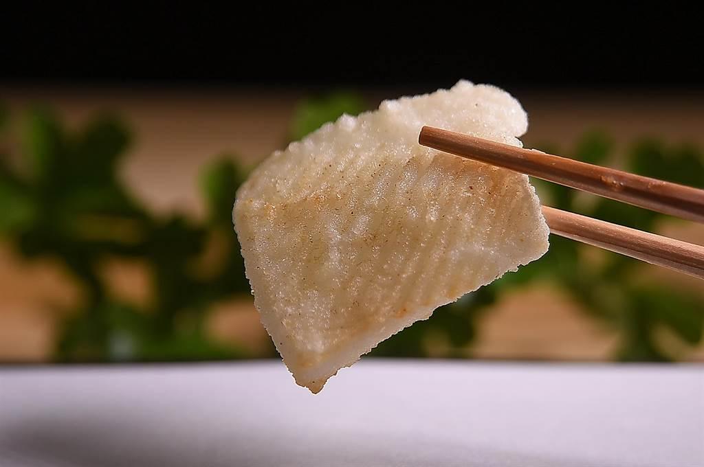 與握壽司不同,〈牡丹 Tempura〉炸製日本軟絲時,只會在表面輕輕切出淺紋,以確保軟絲酥炸時水份與甜度不會流失。(攝 影/姚舜)