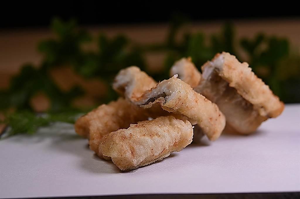 採鮮活星鰻現殺炸製的〈穴子天婦羅〉,口感、甜度與香氣較以冷凍星鰻炸製的天婦羅美味多了。(攝影/姚舜)