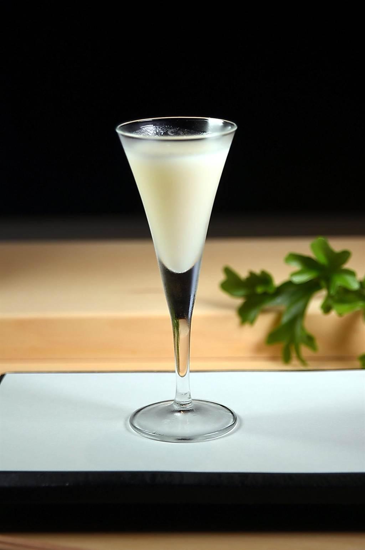 清甜香濃的〈白蘆筍冷湯〉,可以清口並去油解膩,傳統天婦羅店不會出現這種高檔湯品。(攝影/姚舜)