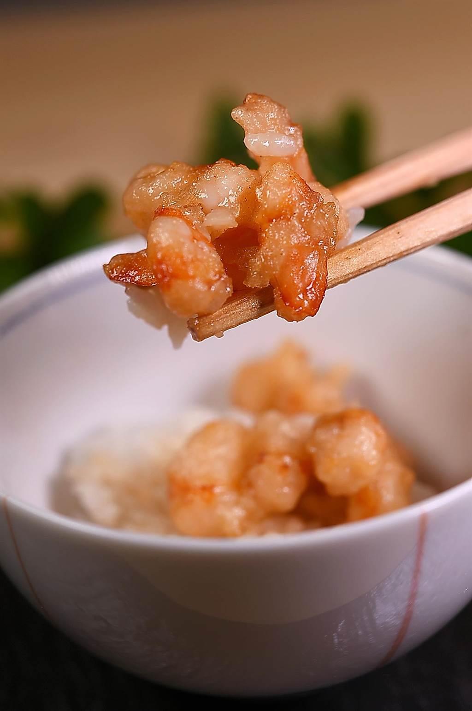 〈牡丹 Tempura〉的〈天丼〉是用炸卷海老搭配越光米飯,並用特製天丼醬汁提味,口感細致優雅。(攝影/姚舜)