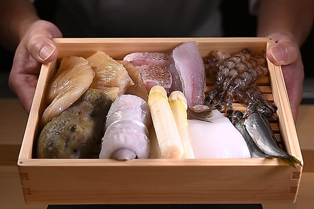 定位高檔的〈牡丹 Tempura〉的食材,多為日本空運進口,且能用活的就不會用冷凍的。(攝影/姚舜)