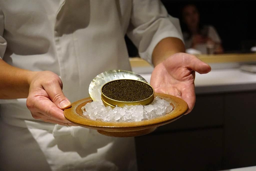 除了日本進口海鮮食材,〈牡丹 Tempura〉亦會用魚子醬或白蘆筍等歐陸頂級食材入饌。(攝影/姚舜)