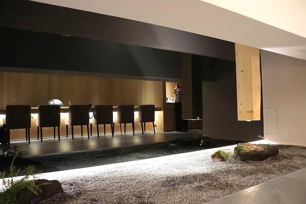 〈牡丹 Tempura〉的店內造景帶有日本禪風意境。(攝影/姚舜)