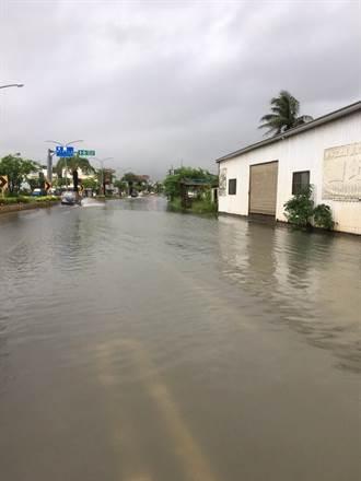 雨水像用倒的 台南部分路段積水