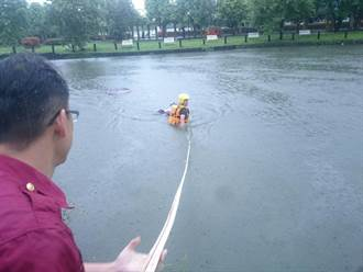 疑雨大滑落水池 婦人救回一命