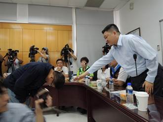 邱敬斌3人赴議會說明文大案 90度鞠躬向何博文道歉