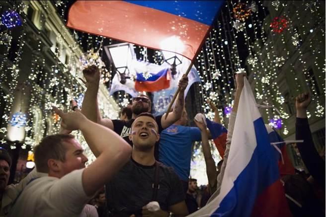球迷太愛喝,莫斯科出現啤酒荒。(美聯社)