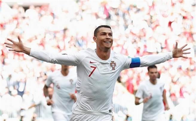 葡萄牙C.羅納多開賽4分鐘就率先頂開摩洛哥大門。(路透)