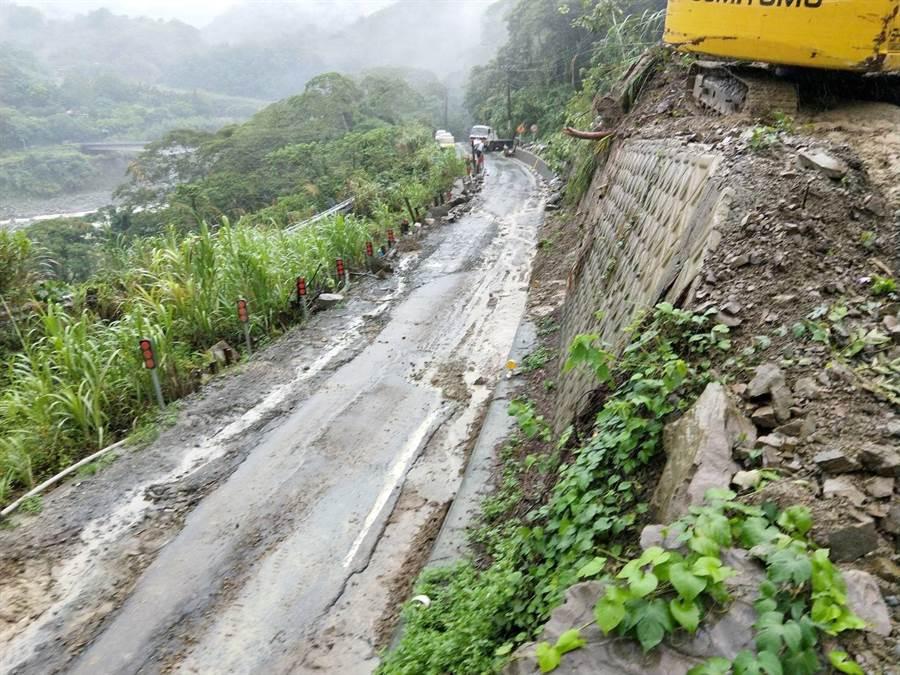 阿里山鄉縣道149甲49.5k傳道路中斷,目前正在搶修中。(嘉義縣政府提供)