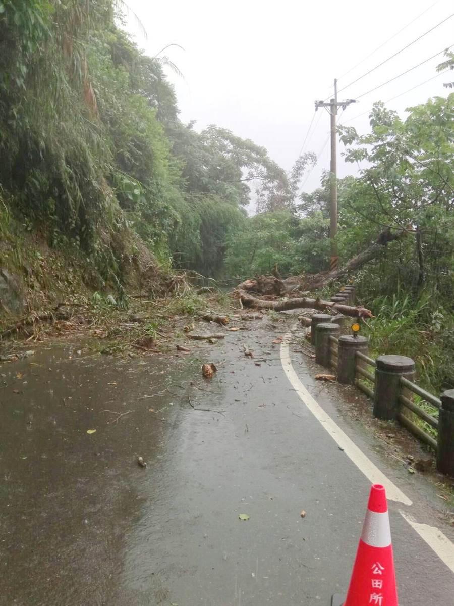 番路鄉嘉130線5.7K崩塌中斷,目前搶修中。(嘉義縣政府提供)