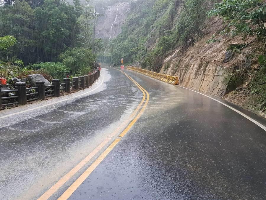 疑似因上方農地整地,台18線阿里山公路38.6K不時傳出有泥流阻礙交通。(呂妍庭翻攝)