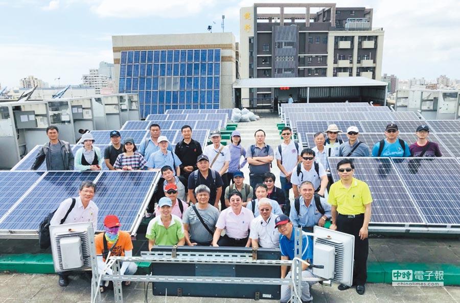 能源管理學習社群至健行科技大學國內第一座太陽光電設置技術士乙級技能檢定場,進行參訪實作。圖╱中衛發展中心提供