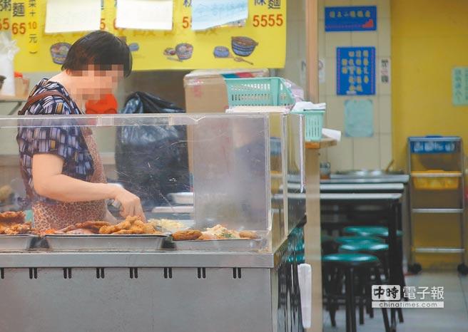 圖為到了用餐時間,便當店似乎受到食品安全事件的影響,上門消費的民眾變少,老闆只能無奈的等待客人上門。(呂家慶攝)