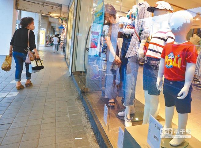 根據國民經濟信心調查結果顯示,民眾對非耐久財的消費意願創下新低,軍公教年改7月上路後,消費意願恐再下探谷底。(范揚光攝)