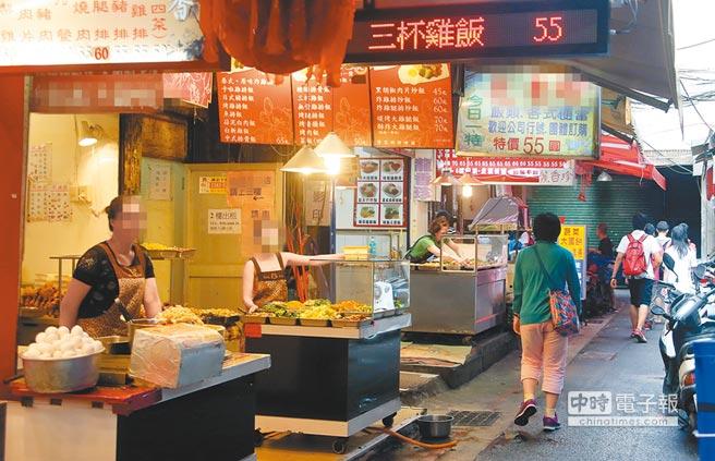 上門消費的民眾變少,不少便當、外食店的老闆只能無奈的等待客人上門。(本報資料照片)