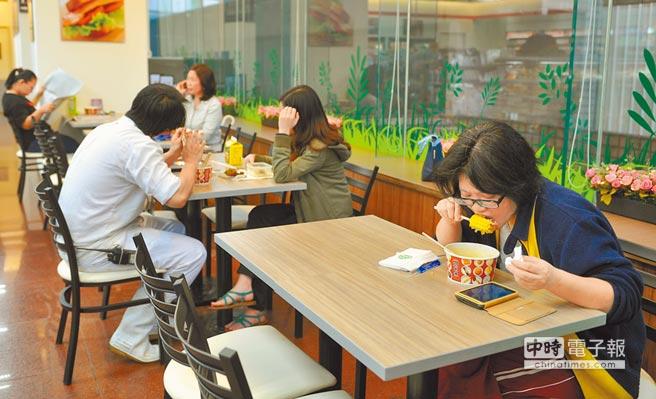 越來越多民眾會在便利商店購買餐點,並在店內食用。(本報資料照片)