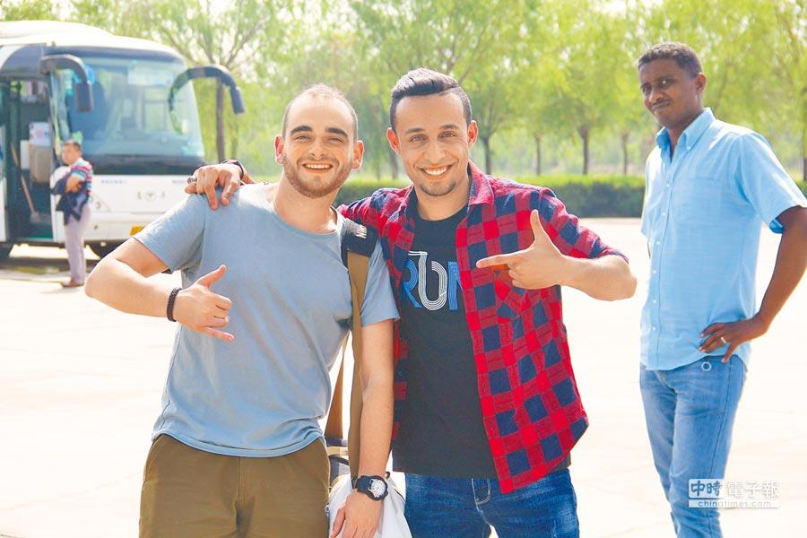越來越多的「一帶一路」沿線國家學生到大陸,一邊讀書一邊旅遊。圖為在嘉峪關旅遊的外國學生。(記者李鋅銅攝)