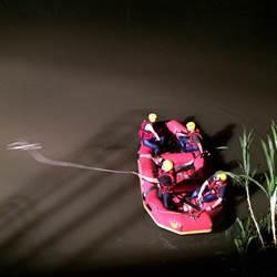 離奇!31歲女騎士直撞救生圈架 掉落大排溺斃