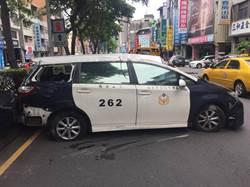 圍捕機車大盜 警車撞休旅車卡安全島仍負傷擒賊