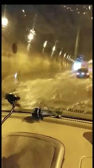 四腳亭隧道淹水 車子「乘風破浪」前進