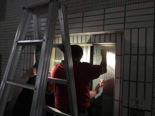 基隆市政府稍早大停电,1名女子受困电梯。(张颖齐摄)