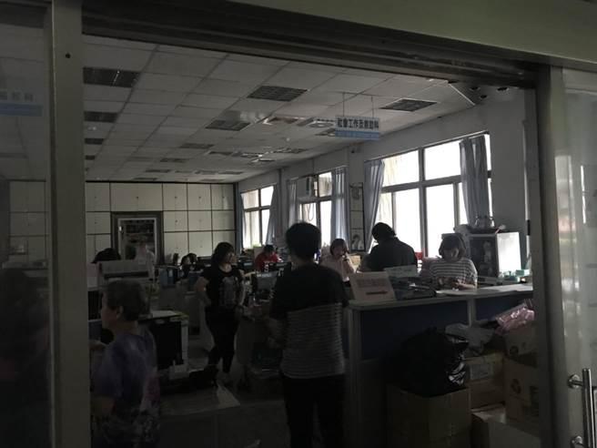 基隆市政府稍早大停电,市府员工停下手边工作,等待復电。(张颖齐摄)