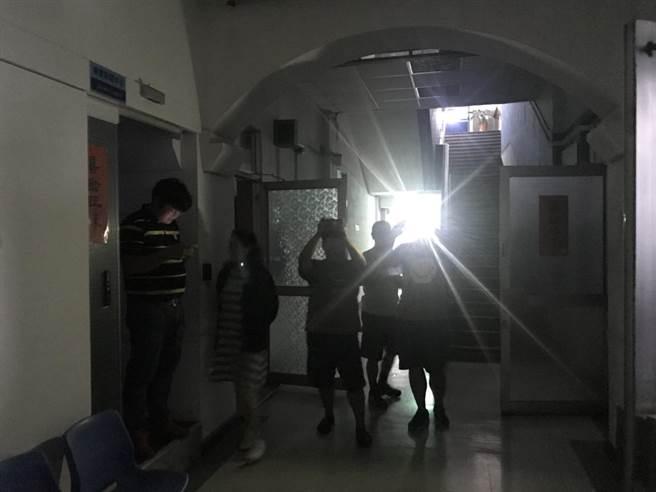 基隆市政府稍早大停电,媒体记者打开手机闪光拍摄。(张颖齐摄)