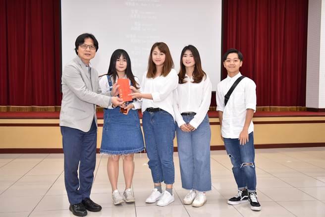 叶俊荣颁奖给第一名作者洪锶洁、林语忻、叶静怡等人。(林郁平翻摄)