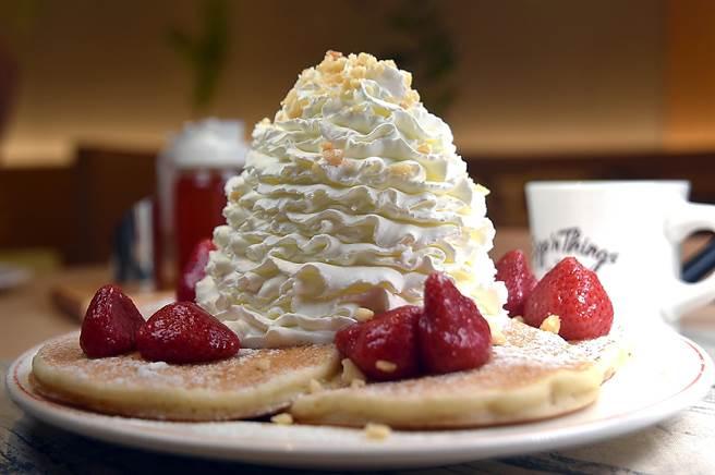 〈草莓鮮奶油火山鬆餅〉是以美式鬆餅為底,高15公分的鮮奶油,口感輕盈、入口欲化,吃來不會跟「胖」產生聯想。(攝影/姚舜)