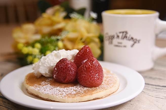 〈草莓鮮奶油鬆餅〉下襯的Pancake有很多片,可與二三好友一起分享並搭配夏威夷Kons一起享用。(攝影/姚舜)